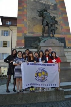 Besuch Group Study Exchange vor dem Telldenkmal